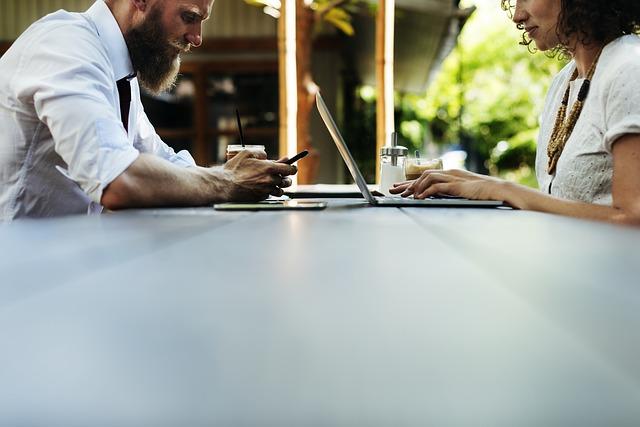 pár na kávě komunikující přes internet