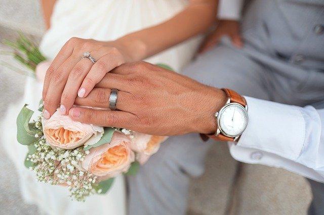 Ruce se snubními prstýnky