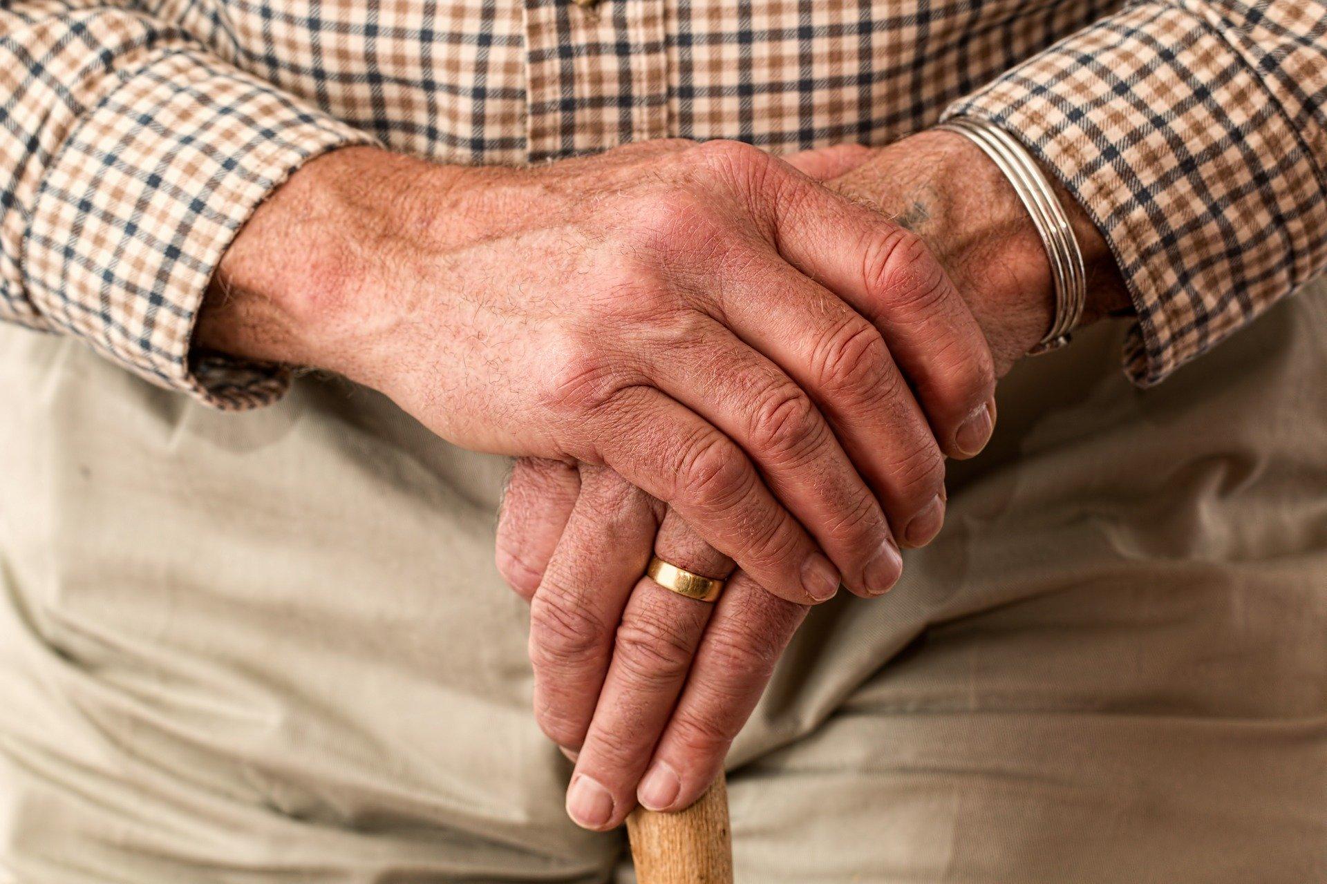 ruce starého člověka